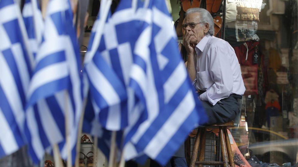 Foto: Un vendedor en Atenas, con la tienda vacía. (Reuters)