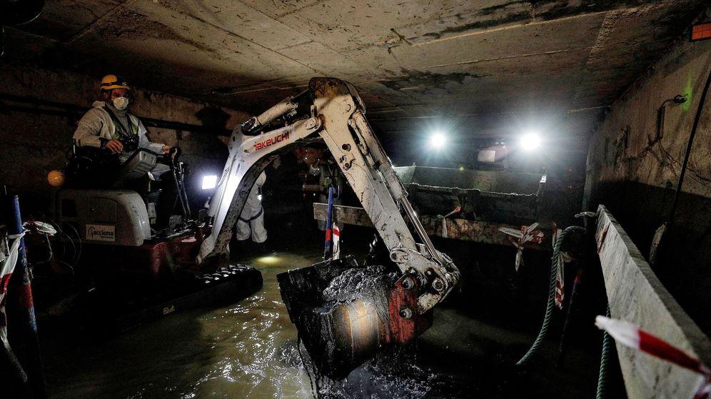 Foto: Imagen del colector atascado por más de 5.000 toallitas higiénicas. (EFE)