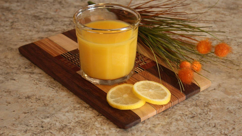 El ácido cítrico del zumo de naranja produce la irritación de la pared del estómago.