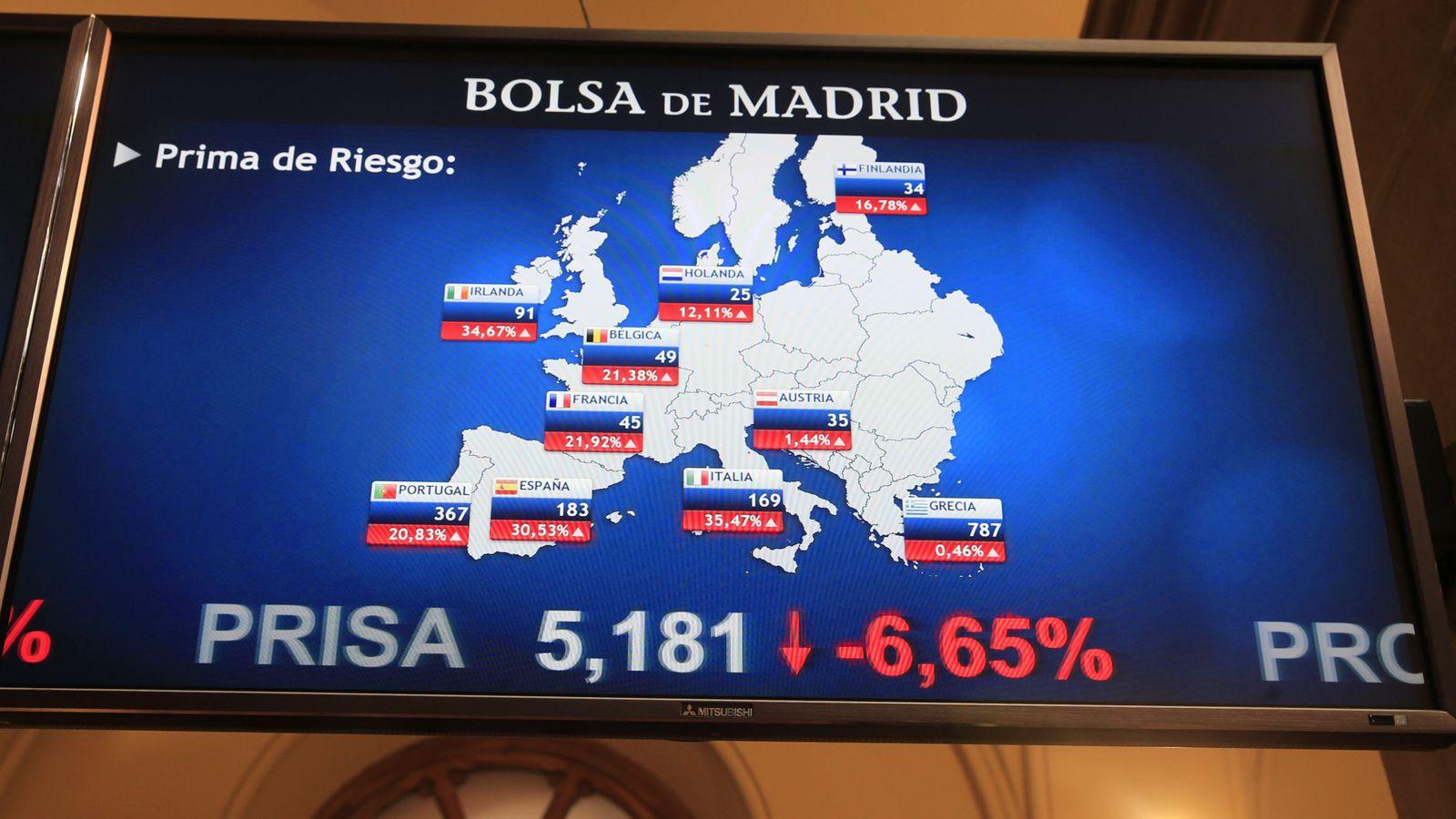 Foto: Panel en la Bolsa de Madrid con las primas de riesgo en Europa (EFE)