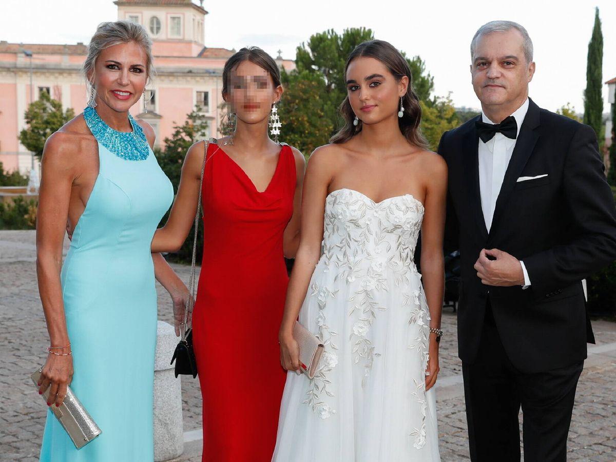 Foto: Ramón García posa junto a su familia en la puesta de largo de su hija. (Gtres)