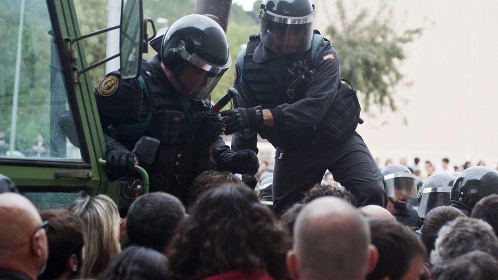 Foto: Graves incidentes entre policías y guardias civiles en Cataluña (EFE)