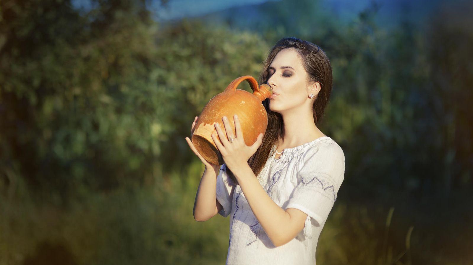 Foto: A veces vienen en tinajas aunque es más común embotellado. Y sí, el envase pesa bastante menos. (iStock)