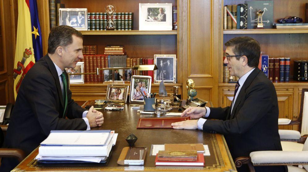 Foto: Patxi López y el Rey firma la disolución de las Cortes. (Efe)