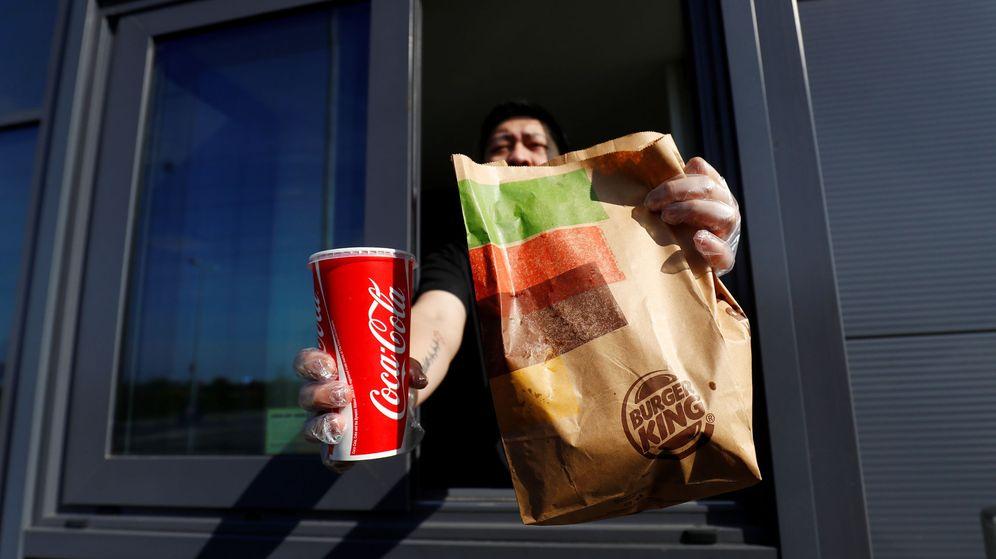Foto: Un trabajador en un local de Burger King. (Reuters)