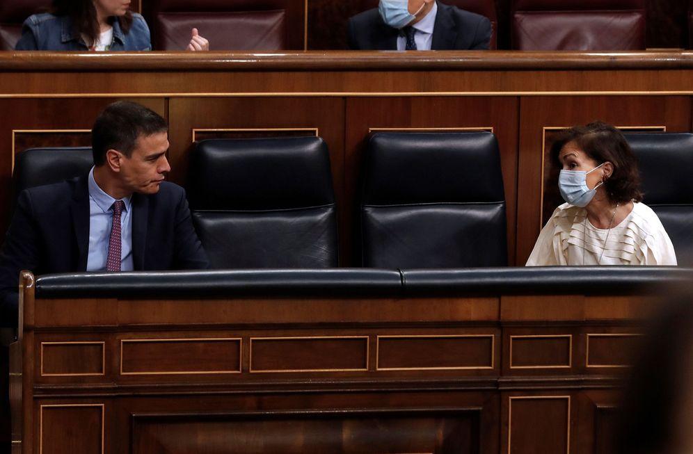 Foto: Pedro Sánchez y la vicepresidenta primera, Carmen Calvo, este 24 de junio en el Congreso. (EFE)