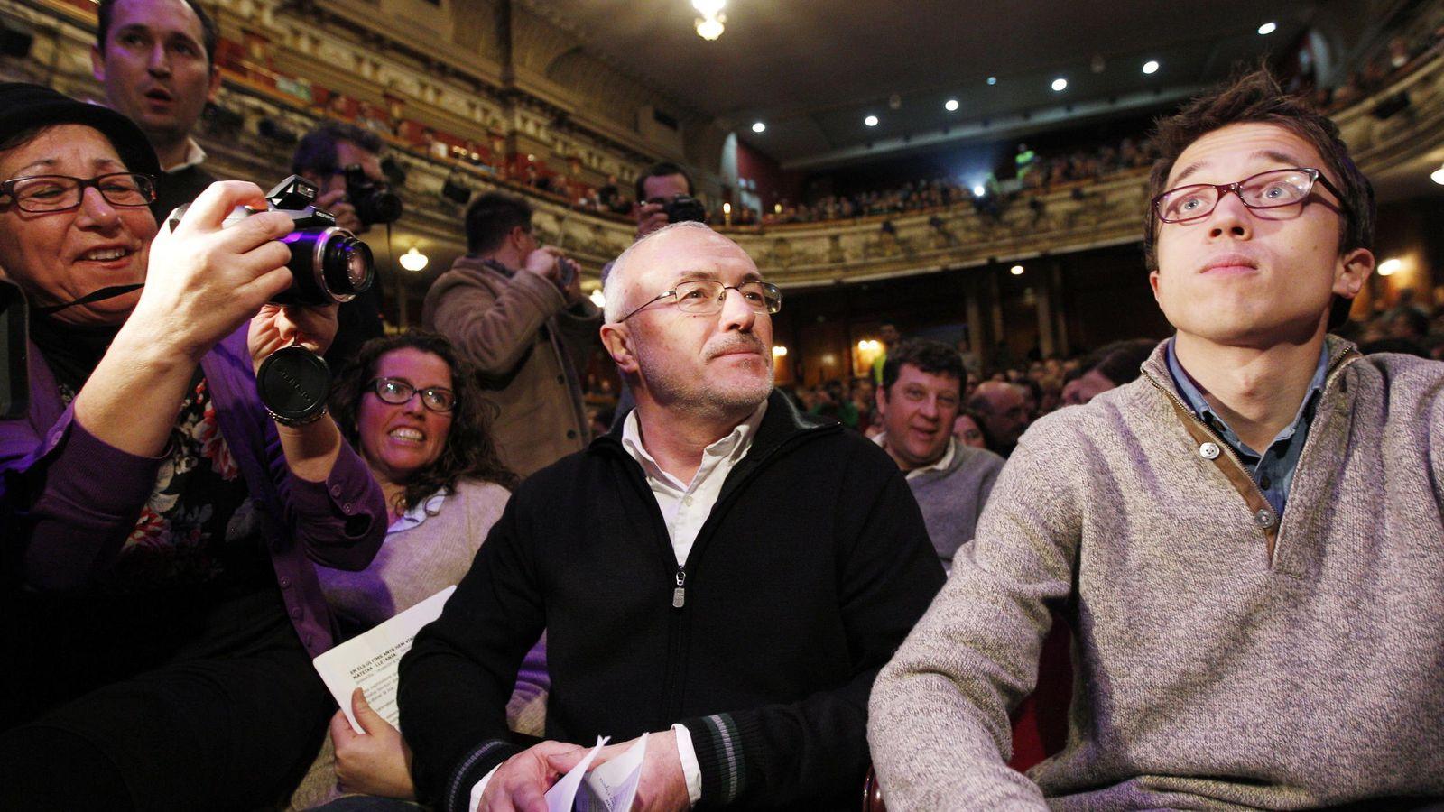 Foto: Íñigo Errejón (d), junto al secretario autonómico de Podemos en Valencia, Antonio Montiel (c), durante un acto de campaña. (EFE)