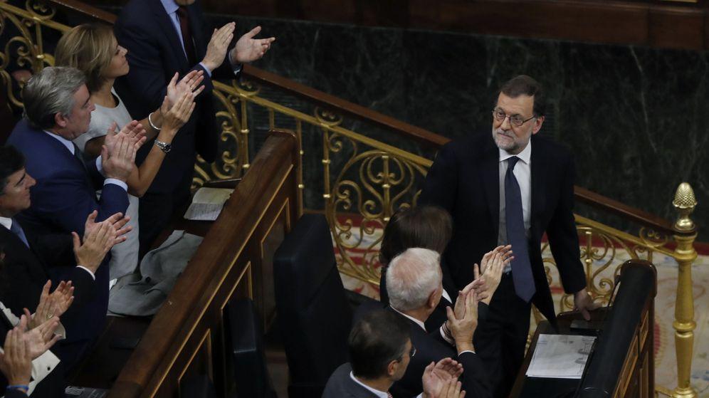 Foto: El presidente del Gobierno, Mariano Rajoy (d), recibe los aplausos de sus diputados tras pronunciar su discurso en el debate de investidura. (EFE)