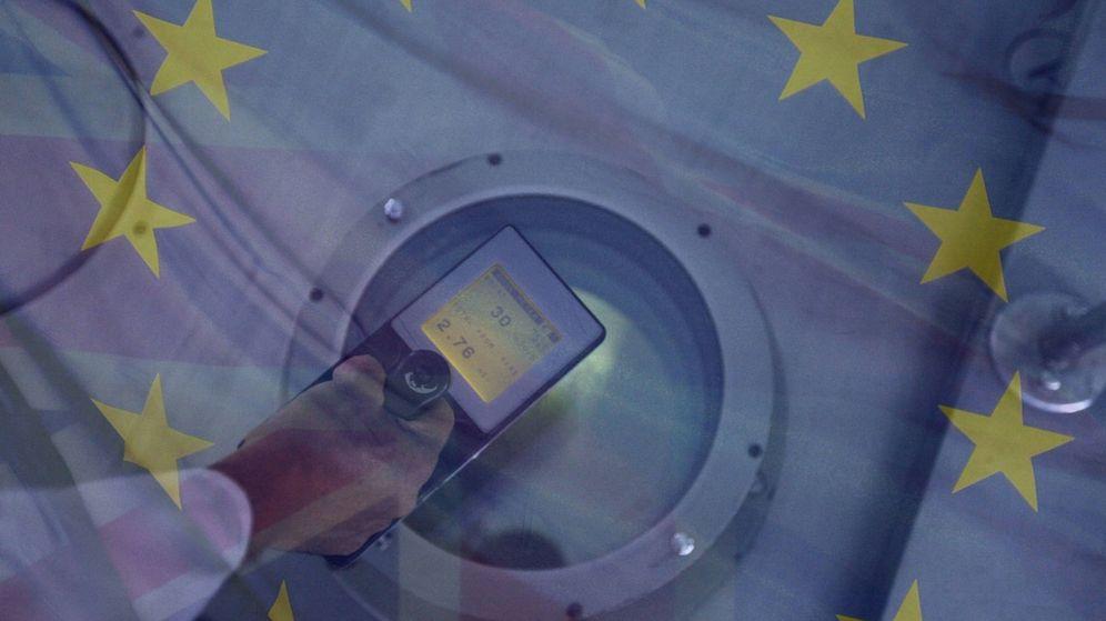 Foto: Un medidor Geiger, con las banderas de la UE y el Reino Unido de fondo. (Montaje: EC)
