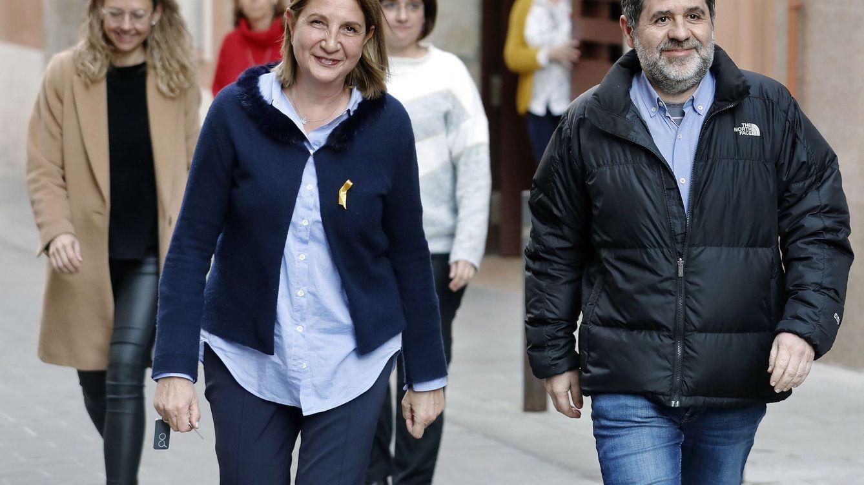Foto: El exlíder de la ANC Jordi Sánchez (d), sale de la cárcel para empezar sus labores de voluntariado. (EFE)