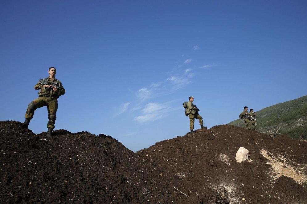 Foto: Soldados israelíes buscan restos de un cohete lanzado desde Líbano, en Nahariya, al norte del país. (Reuters)