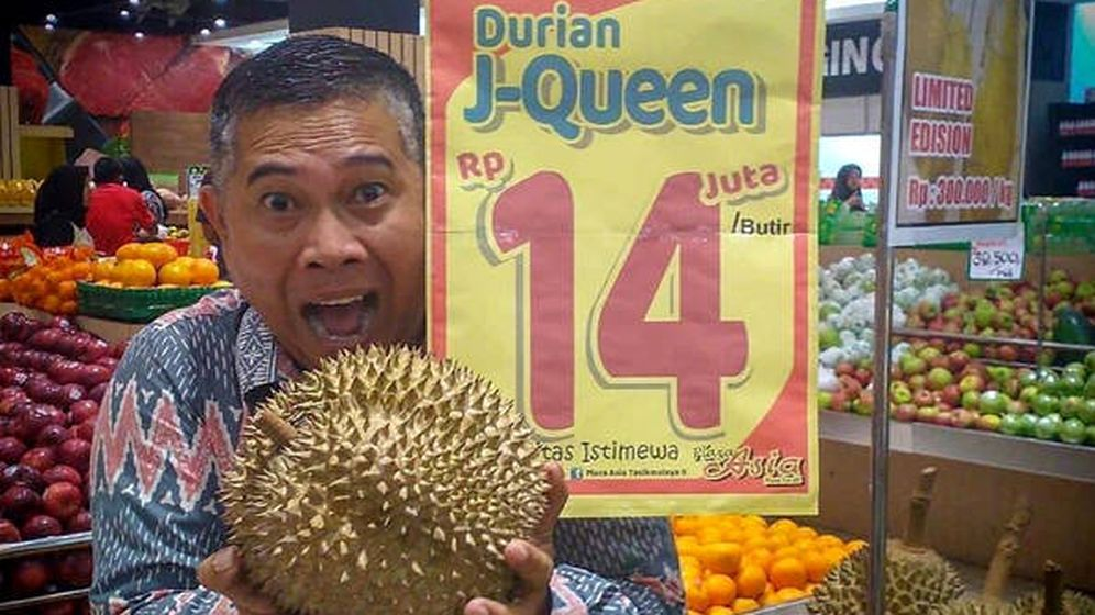 Foto: Una persona se fotografía con uno de los duriáns junto al precio de la pieza (Foto: Instagram)