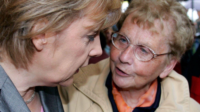 Angela Merkel con su madre, en una imagen de archivo. (Reuters)
