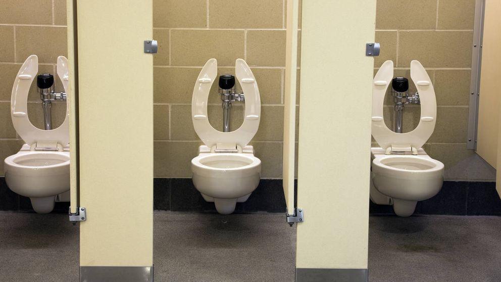 Esta es la taza o cubículo que deberías elegir cuando vas a un baño público