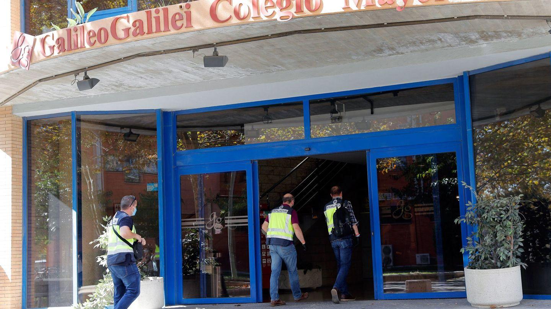 Agentes de la Policía acceden al Colegio Mayor Galileo Galilei, en Valencia. (EFE)