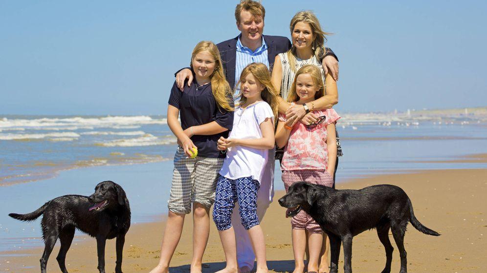 Foto: La familia real holandesa, con sus perros Nala y Skipper en la playa. (Gtres)