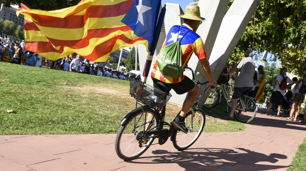 Foto: Un ciclista porta una 'estelada' en una manifestación celebrada en Lleida. (EFE)