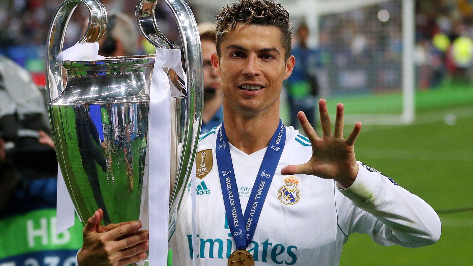 Foto: Cristiano Ronaldo indica con la mano las cinco Champions que tiene en su palmarés. (EFE)