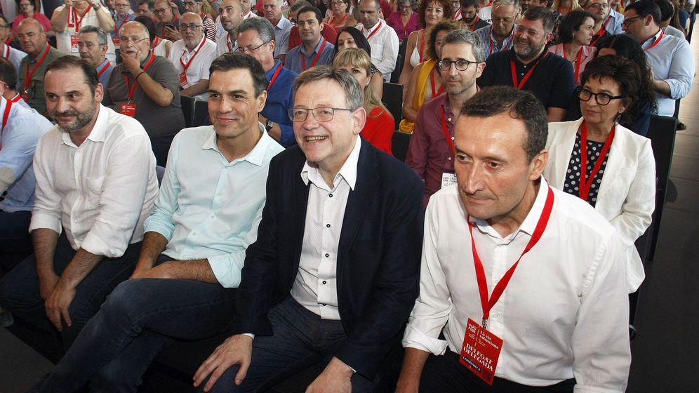 Foto: El secretario general del PSOE, Pedro Sánchez (2i), el líder de los socialistas valencianos, Ximo Puig (2d), el secretario de Organización federal del PSOE, José Luis Ábalos (i) y el alcalde de Elx (Elche), Carlos González, en el congreso del PSPV, en ju