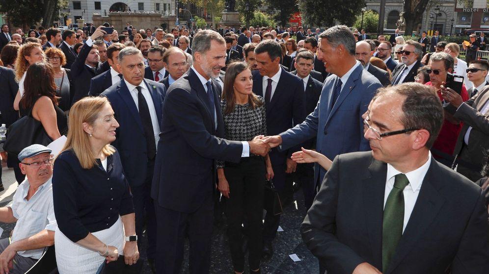 Foto: El Rey Felipe VI saluda al líder del PPC, Xavier García Albiol (d), a su llegada a la plaza de Catalunya. (EFE)