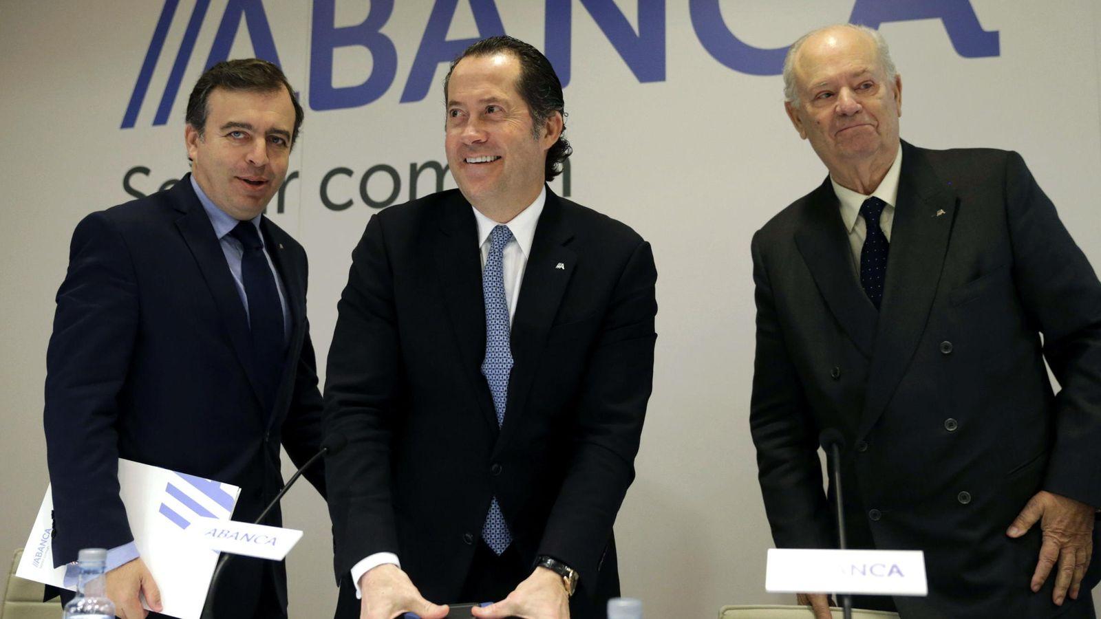 Foto: El presidente de Abanca, Javier Etcheverría (d), el vicepresidente Juan Carlos Escotet (c) y el consejero delegado Francisco Botas en una imagen de archivo (EFE)