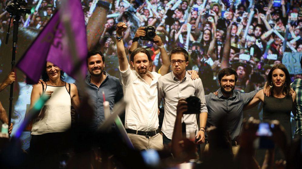 Foto: Pablo Iglesias e Íñigo Errejón, acompañados de otros dirigentes del partido y candidatos durante la noche electoral. (EFE)