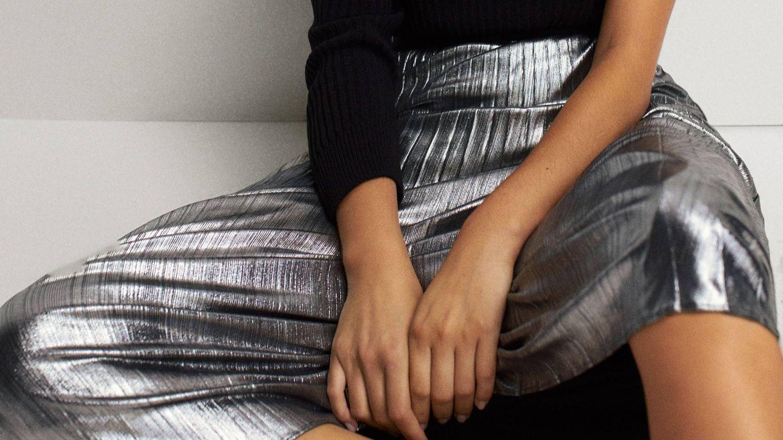 Falda plateada de Massimo Dutti. (Cortesía)