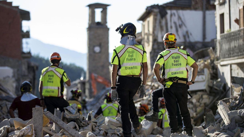 Foto: Equipos de rescate buscan entre los escombros en Amatrice, el 29 de agosto de 2016 (EFE)