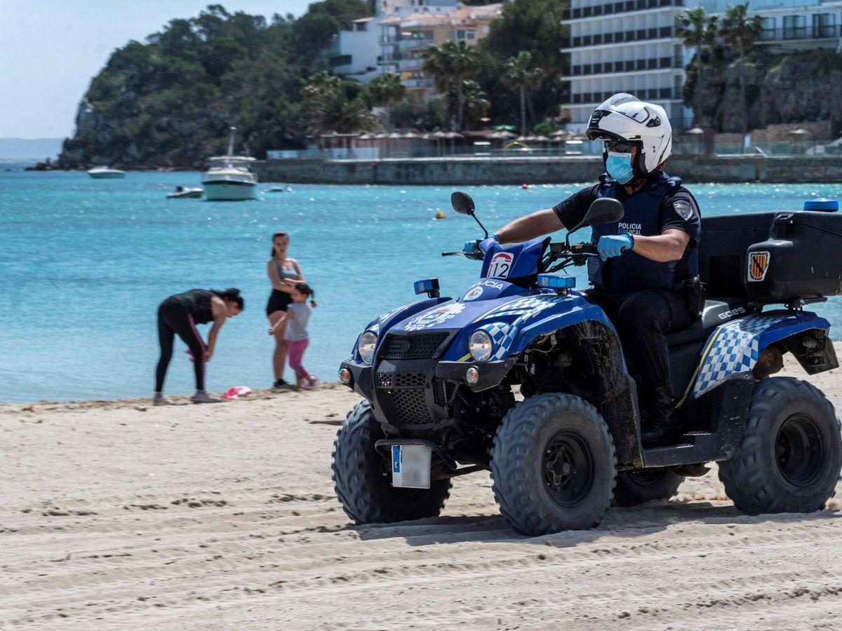 Foto: Un agente de Policía en una playa de Calvià. (EFE)