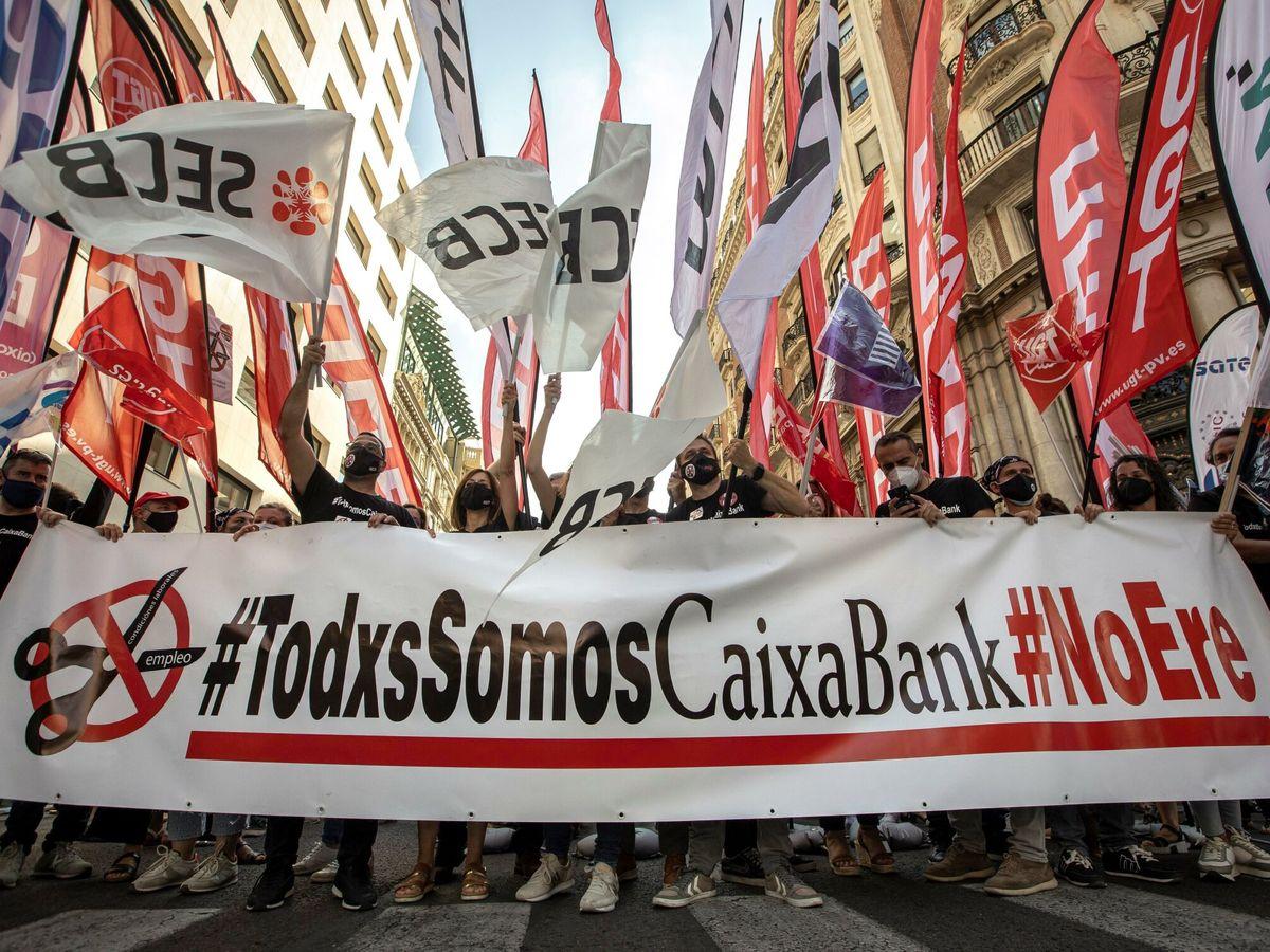 Foto: Huelga y protestas en el último día de negociación del ERE de CaixaBank. (EFE)