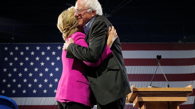Foto: Hillary Clinton y Bernie Sanders se abrazan en un acto de campaña en Raleigh, Carolina del Norte, el 3 de noviembre de 2016 (Reuters)