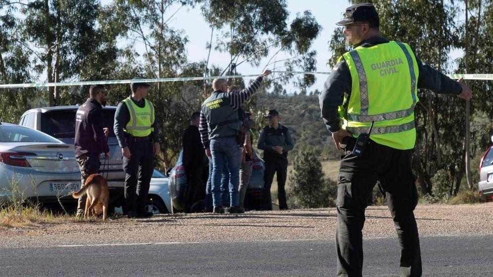 Foto: La Guardia Civil inspecciona el paraje en el que se halló el cuerpo de Laura Luelmo. (EFE)