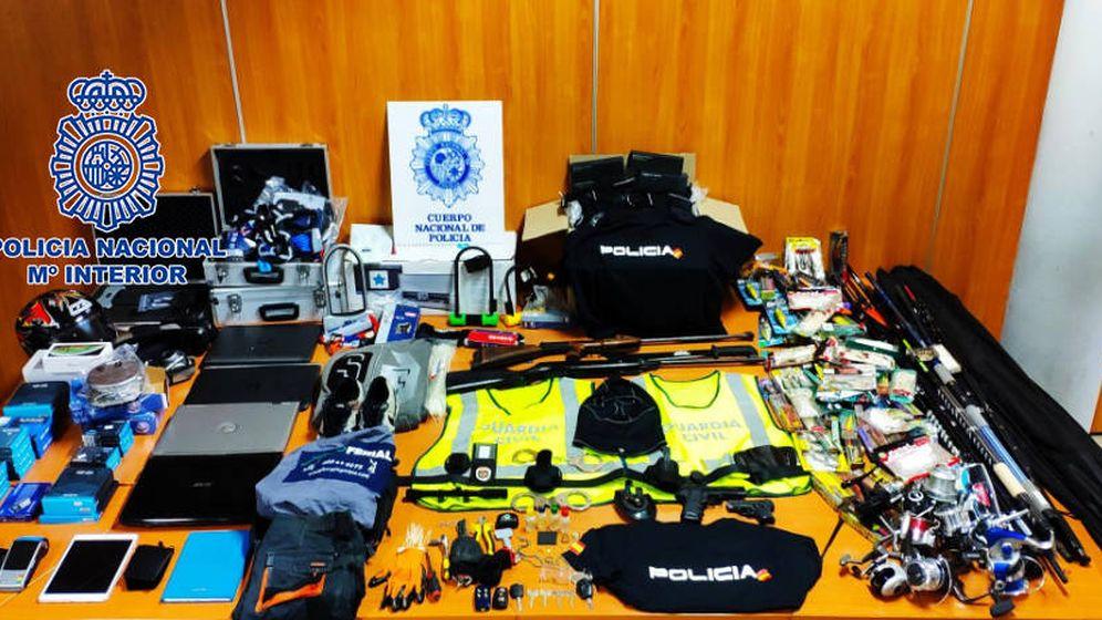 Foto: Objetos e instrumentos que los ladrones utilizaban para atracar los establecimientos. (Policía Nacional)