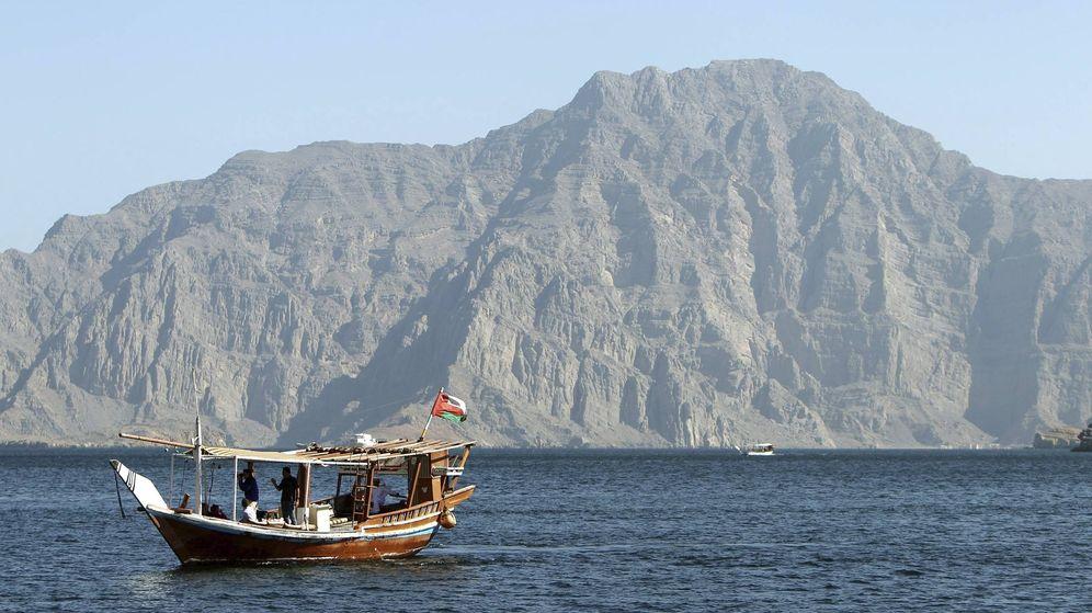 Foto: Embarcación de turistas en el Estrecho de Ormuz. (EFE)