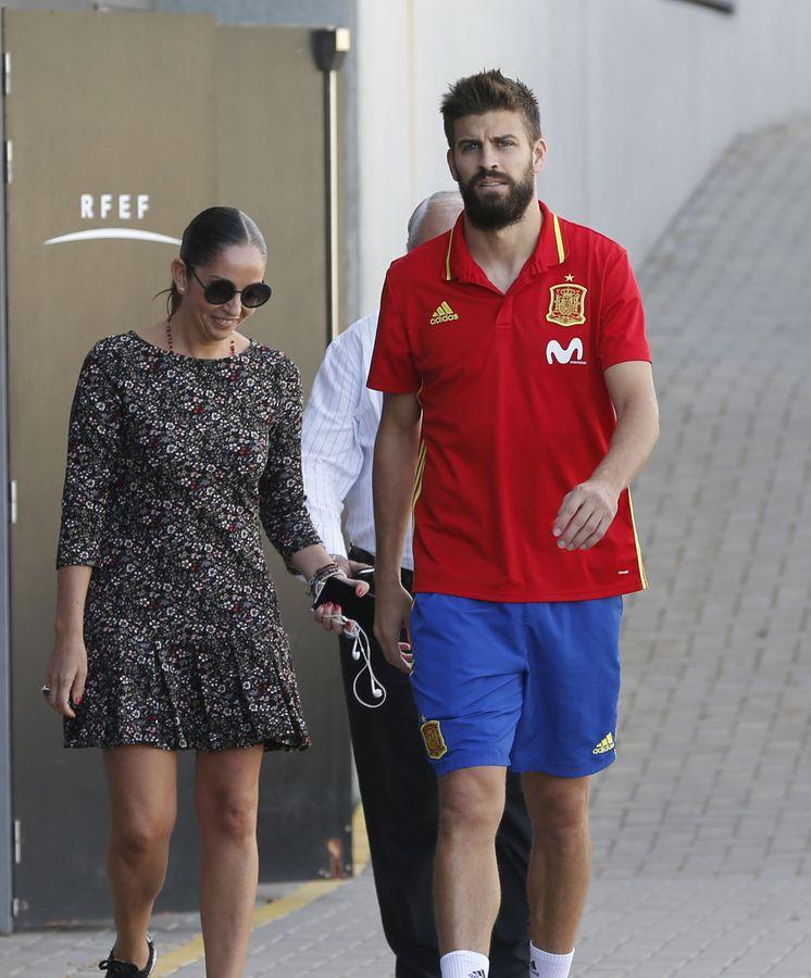 Foto: La directora de la Selección, María José Claramunt, acompaña a Piqué en la Ciudad del Fútbol de Las Rozas. (EFE)