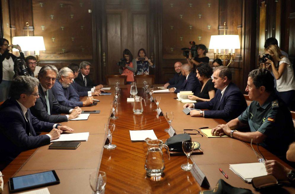 Foto: Reunión del Comité de Crisis para analizar posibles medidas ante la huelga indefinida de los vigilantes de El Prat. (EFE)
