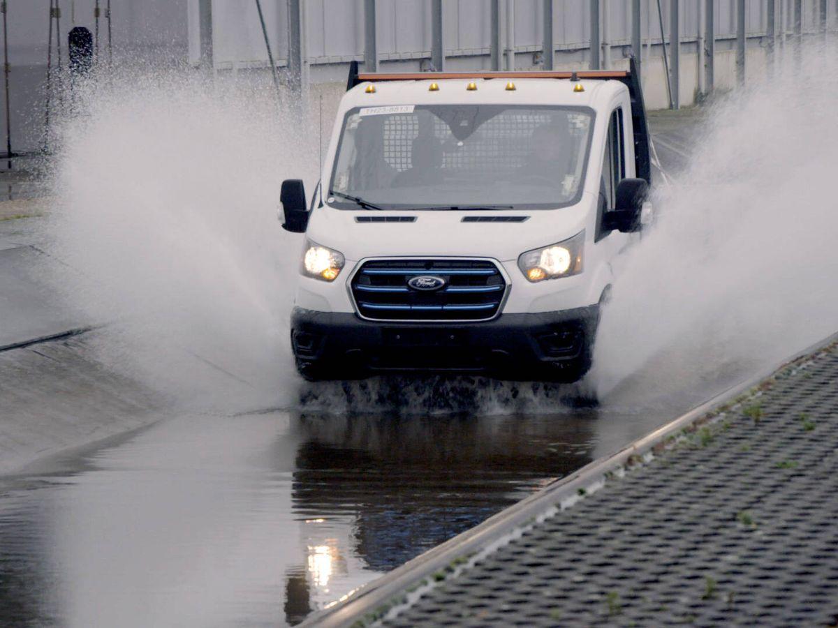 Foto: Ford lleva meses sometiendo a la E-Transit a las pruebas más duras para simular diez años de uso intenso.