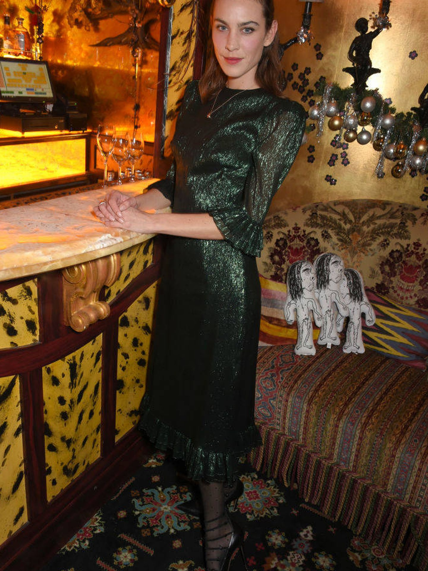 Alexa Chung, con el vestido que Jennifer Aniston llevó primero. (Getty)