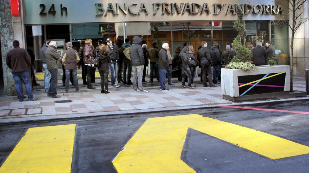 Foto: Clientes de Banca Privada d'Andorra ante una sucursal. (EFE)
