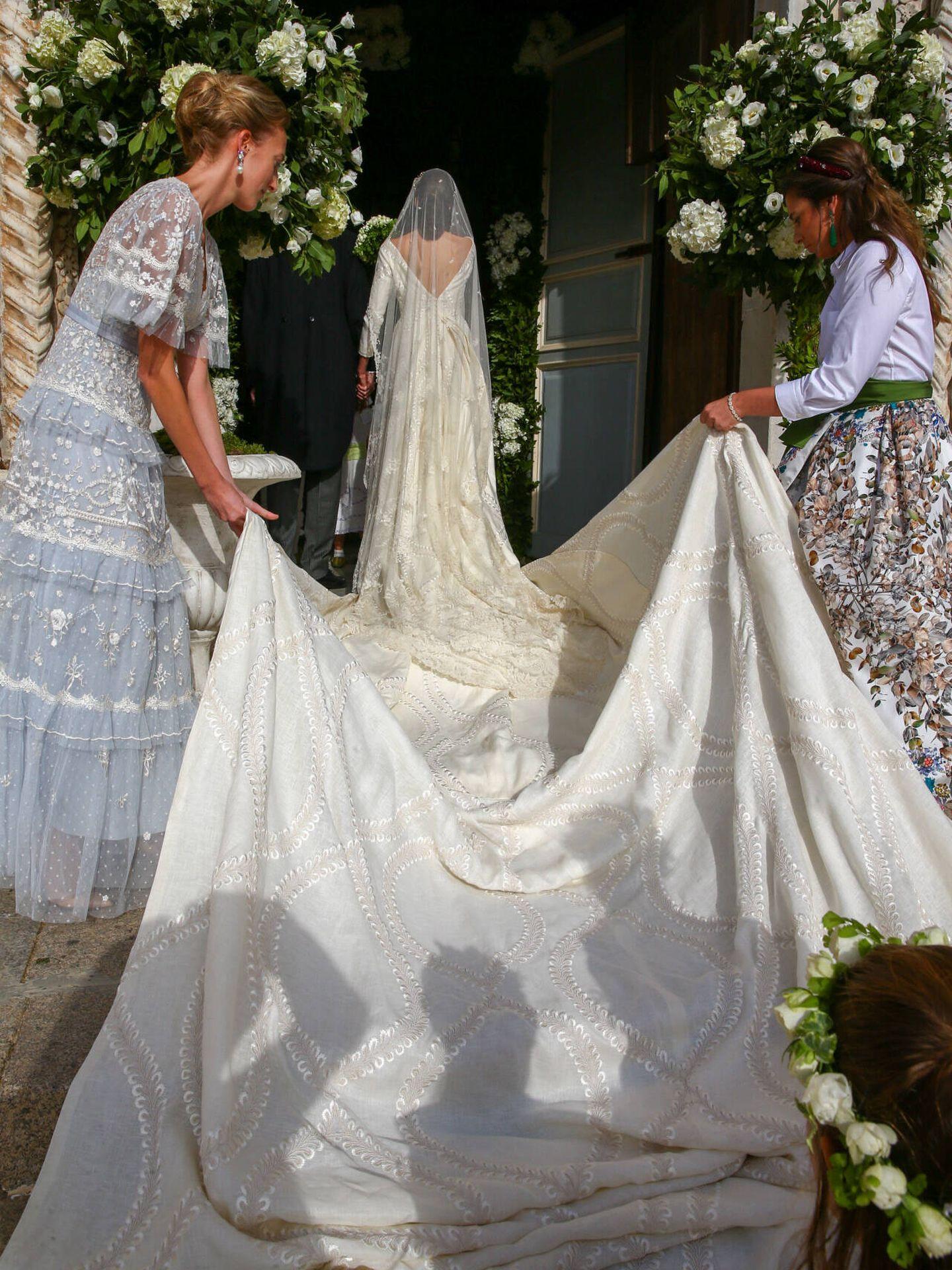 La larga cola del vestido de novia. (Gtres)