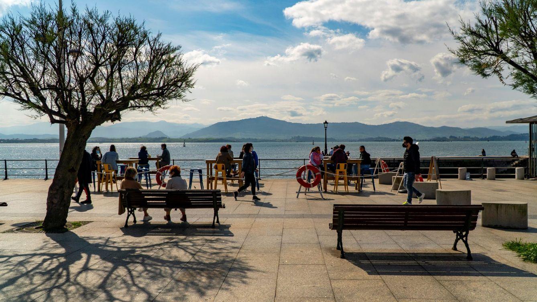 Cantabria cierra el interior de la hostelería y reduce a cuatro los grupos de personas
