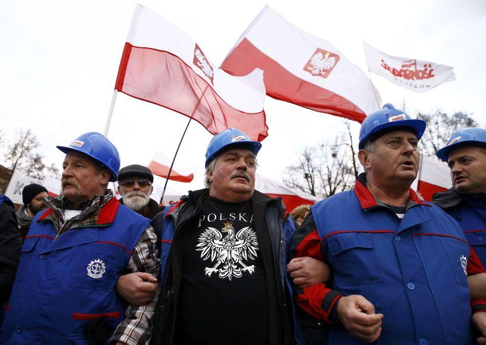 Foto: Partidarios del partido Ley y Justicia, durante una manifestación progubernamental en Varsovia, el 31 de diciembre de 2015. (Reuters)