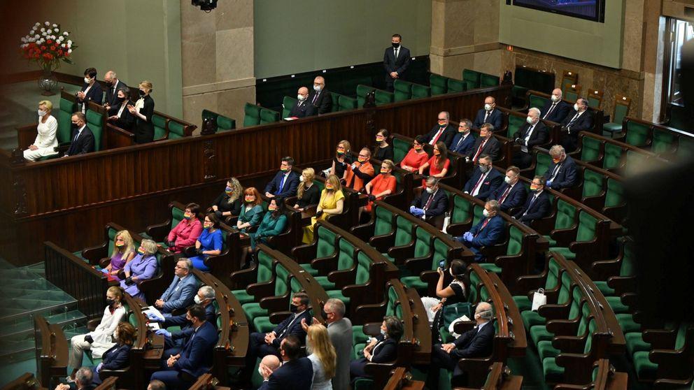 Diputadas forman bandera arcoíris en la toma de posesión del presidente polaco