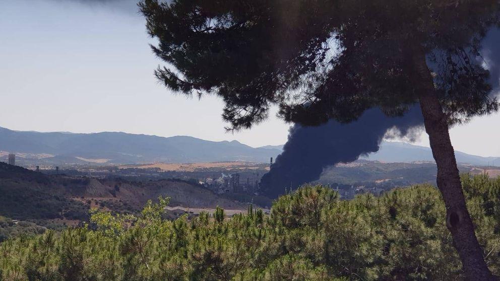 Cuatro afectados por el incendio de la planta química de San Roque, casi extinguido