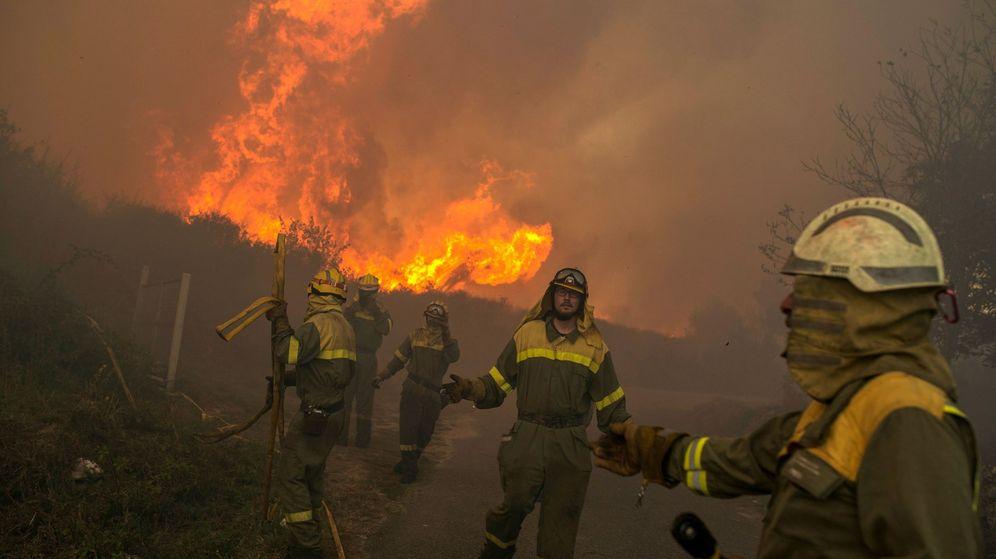 Foto: Varios brigadistas realizan labores de extinción en el incendio forestal que permanece activo desde primera hora de esta tarde en el municipio orensano de Vilamartín. (EFE)