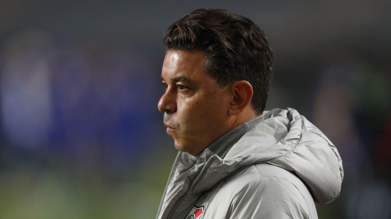 Gallardo mira con el atención el partido desde el área técnica. (Reuters)
