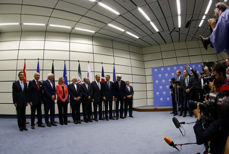 Foto: Las potencias junto al ministro de Exteriores iraní, Mohammad Javad Zarif, tras la firma del acuerdo en Viena (Reuters).