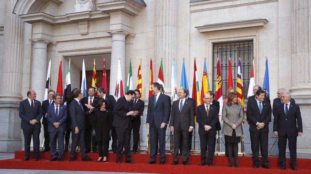 Foto: Felipe VI, poco antes de la fotografía de familia de los asistentes a la VI Conferencia de Presidentes en enero de 2017. (EFE)