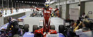 Foto: A Fernando Alonso, 'rey de la noche', sólo le falta Abu Dabi
