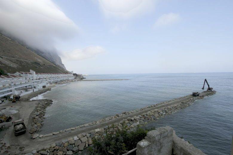 Trabajos de relleno en la parte este de Gibraltar. (EFE)